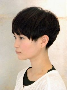 The pixie cut is the new trendy haircut! Put on the front of the stage thanks to Pixie Geldof (hence the name of this cup!), Many are now women who wear this short haircut. Oval Face Hairstyles, Pixie Hairstyles, Short Hairstyles For Women, Cool Hairstyles, Asian Hairstyles, Hairstyles 2018, Short Pixie Haircuts, Short Hair Cuts, Short Hair Styles