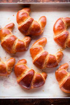 Cornetti di pan brioche al grano saraceno e mirtilli neri