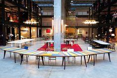 Nilufar Depot Uma das novidades de 2015 é o espaço Nilufar Depot, uma galeria eclética com itens novos e vintage da Nilufar. Para o lançamento, o designer Martino Gamper criou uma mesa enorme que traz um mix de tendências do momento: formas arredondadas, profusão de cores e reunião social.