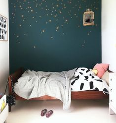 modern girl bedroom decor with green wall and modern wall decor, minimalist girl room decor Trendy Bedroom, Girls Bedroom, Bedroom Decor, Star Bedroom, Bedroom Green, Green Bedrooms, Kid Spaces, Boy Room, Girl Rooms