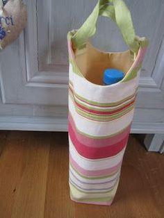 Pour ce sac à bouteilles il faut : 2 morceaux de tissu de 50cm X 25cm pour l'endroit et la même chose pour l'envers + 1 bande de tissu de...