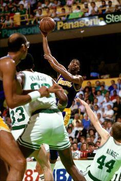 1987 NBAファイナル、ロサンゼルス・レイカーズ対ボストン・セルティックス第4戦で決勝フックショットを放つマジック・ジョンソン (Photo by Andrew D. Bernstein/NBAE via Getty Images) | Sportal