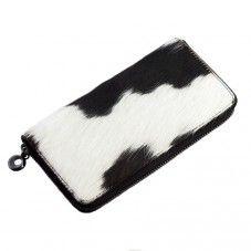 Leren portemonnee met opvallende koeienhuid afwerking aan beide kanten. Aan de binnenzijde is de portemonnee voorzien van 6 vakjes voor bakpassen, 4 schuifvakjes | black/white.