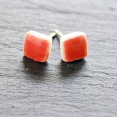 Kleine zarte Ohrsteckerchen in einem warmen rot, aus Porzellan und 925 Silber von Hand hergestellt. Jedes Stück ist ein Unikat