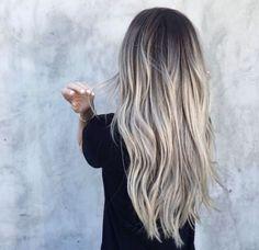 Ombré hair gris en extensions de cheveux naturels, couleur magnifique à avoir en ce moment. Source Pinterest.