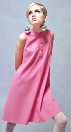 Les modèles mini-jupe et mini-robe inventées par JEAN RAYMOND en 1960, portées 7 années plus tard par Twiggy étoile en devenir, trouvèrent enfin le porte flamme de la mode courte Jean Raym avec Twiggy qui en ces 16/17 ans et mille et une victoires à venir, obtint un succès magistral pour le mini de JR repris par son amie Mary Quant pour l'occasion. voir article de Grazia