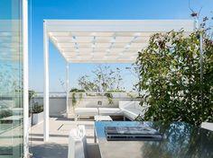 pergola moderne avec lames rétractables, canapé d'angle en aluminium et sol en teck massif