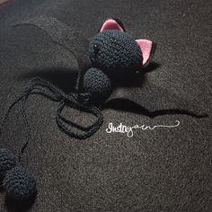 Meet tiny Tony, the amigurumi bat that sleeps upside-down in your bookshelf! Free pattern and phototutorial for a super cute amigurumi!