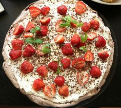 Sjokoladepavola med jordbær Pavlova, Sweet Desserts, Baking, Recipes, Food, Decoration, Tips, Decorating, Advice