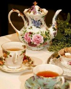 A beautiful vintage tea set Decoration Shabby, Teapots And Cups, Tea Service, My Cup Of Tea, Chocolate Pots, Tea Cup Saucer, Vintage China, High Tea, Afternoon Tea