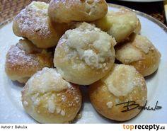 Šátečky, koláčky bez kynutí  \500 g polohrubé mouky 160 g másla 1 vejce 1 žloutek 1 lžíce cukru kostka droždi špetka soli vanilkový cukr mléko dle potřeby  Náplń: tvaroh cukr vejce švestková povidla  Drobenka: 5 dkg cukru 5 dkg hrubé mouky 10 dkg másla 1 vejce na potření Eastern European Recipes, Strudel, Doughnut, Hamburger, Bread, Food, Basket, Fine Dining, Cakes