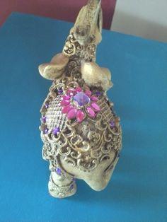 Elefante indiano, peça em gesso, pintada a mão com vários tons de cera e finalizado com pedras.  Prontinho ! R$ 55,00