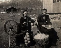 Spinning wool in Norway. The spinning wheel pictured here looks just like the one I have inherited Vintage Pictures, Old Pictures, Old Photos, Spinning Wool, Hand Spinning, Spinning Wheels, Spin Me Right Round, Art Du Fil, Drop Spindle