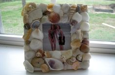 Diy Sea Shell Frame - must do with vaca pics Seashell Frame, Seashell Crafts, Beach Crafts, Summer Crafts, Summer Fun, Seashell Art, Summer Ideas, Summer Beach, Diy Arts And Crafts