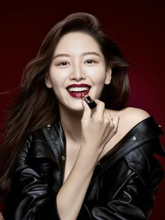 Rainbow's Jaekyung has been chosen as the model of yet another makeup brand!The idol and beauty guru has been chosen to try on the 2016 F/W makeup loo…