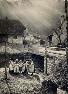 +~+~ Antique Photograph ~+~+  Ring around the Rosie.  Black Forest, Max Ferrars 1905.