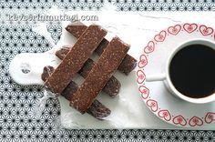 Hurma Çikolatası Tarifi - Malzemeler : 7 adet etli yumuşak hurma (çekirdeksiz şekilde 100 g), 1 su bardağı yulaf ezmesi, 1/2 su bardağı fındık, 1 silme yemek kaşığı kakao.