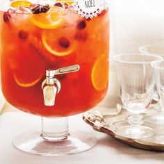 Sangria Well - Suited For Stifling Summer Days - Useful Articles Christmas Sangria, Christmas Party Food, Christmas Cookies, Christmas Recipes, Party Drinks, Fun Drinks, Alcoholic Drinks, Diy Holiday Gifts, Holiday Parties