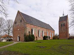 Sint-Laurentiuskerk (Baflo) De huidige kerk is gebouwd in het begin van de 12e eeuw, misschien eind 11e eeuw. Het is een eenbeukige kerk met een rechtgesloten koor. De kerk wordt voor het eerst genoemd in 1211 en was toen opgebouwd uit tufsteen, waarvan nog stukken resteren in het schip. Het huidige koor met versierde rondboogvensters en -nissen dateert waarschijnlijk uit de 13e eeuw. Bron: Wikipedia.