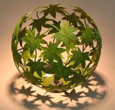 Coller des feuilles autour d'un ballon !