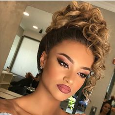 [New] The 10 Best Eye Makeup Ideas Today (with Pictures) - WoW . Beautiful Bridal Makeup, Bridal Makeup Looks, Bridal Hair And Makeup, Bride Makeup, Hair Makeup, Stunning Makeup, Eye Makeup, Curly Hair Updo, Curly Wedding Hair