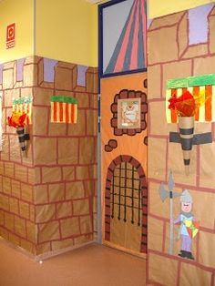 This site is in Spanish, but the pictures are excellent. The hallways are covered with butcher paper and look like castle walls. Castle Classroom, Chateau Moyen Age, Cardboard Castle, Classroom Decor Themes, Dragon Party, Château Fort, Butcher Paper, Theme Noel, Vacation Bible School
