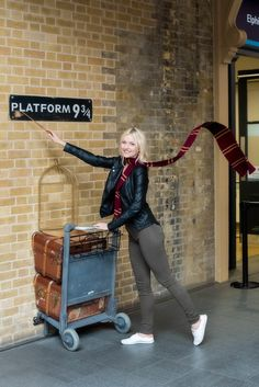 Train Station Platform 9 3 4 - News Current Station In The Word Hogwarts, Harry Potter Wizard, Harry Potter World, Photography Pics, London Photography, Parque Do Harry Potter, Harry Potter Platform, Universal Studios, Universal Orlando