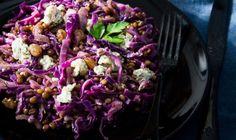 Έχω καιρό να σας προτείνω μια τόσο θρεπτική και νόστιμη σαλάτα. Από αυτές τις σαλάτες που τις τρως άνετα για κυρίως πιάτο, γιατί δεν έχει τίποτα να ζηλέψει από ένα χορταστικό φαγητό