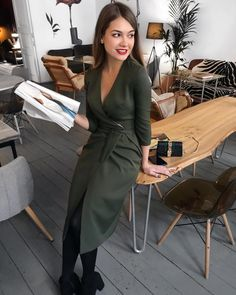Probably not to come up with a more feminine and elegant style than a midi dress Classic Work Outfits, Classy Outfits, Chic Outfits, Fashion Outfits, Office Fashion, Work Fashion, Inspiration Mode, Business Dresses, Mode Hijab