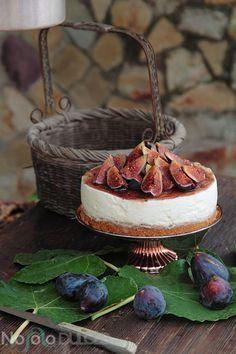 Receta de tarta de queso sin horno, con higos y miel. Combinación de sabores muy veraniega y original. Tarta fácil y rápida de hacer con fruta natural.