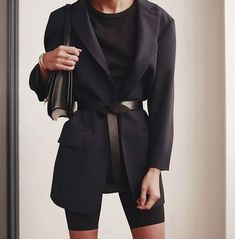 Love this belted blazer paired with black bike shorts - the coolest chic street style outfit idea Mode Outfits, Short Outfits, Fashion Outfits, Hijab Fashion, Trend Fashion, Look Fashion, Fashion Mode, Classy Fashion, 70s Fashion