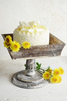 In love with this rustic wooden cake stand! We can't get enough of that farm…