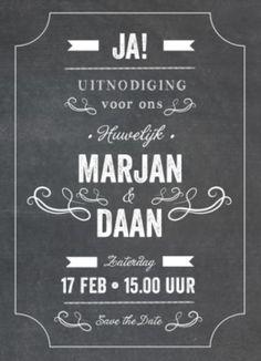 Stoere enkele trouwkaart met krijtbord achtergrond en de tekst mooi typografisch opgemaakt. Stijl is letterpress.