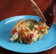 """Запеченная паста """"Альфредо"""" с курицей ИНГРЕДИЕНТЫ: 1 столовая ложка оливкового масла; 3 куриные грудки; Соль и перец для вкуса; 4 зубчика чеснока, измельчить; 2 ½ чашки куриного бульона; 2 ½ чашки жирных сливок; 450 грамм сырых макарон «перья»; 2 чашки пармезан; 2 чашки моцареллы; Горсть свежей петрушки. ᅠ Запекаем 10-15 минут в разогретой до 180 градусов духовке."""