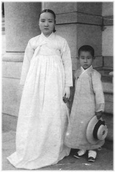 Korean Photo, Korean Peninsula, Old Photography, Korean People, Korean Outfits, Historical Clothing, Traditional Outfits, Old Photos, Korean Fashion