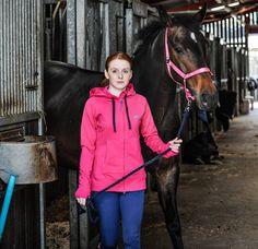 Das #Featherstone #Kapuzensweatshirt mit #Reißverschluss in #Pink hält dich warm und sieht lässig aus. Perfekt für die Arbeit im #Stall oder für andere #Freizeitaktivitäten. #HarryHall #english #equestrian #reiten #reiter #pferd #reitausrüstung #englishequetstrian www.englishequestrian.com