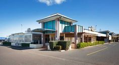 Wilsonton Hotel Toowoomba Toowoomba Wilsonton Hotel Toowoomba features an onsite bar and bistro and a sun terrace. The air-conditioned rooms offer a flat-screen TV with cable channels.  Wilsonton Hotel is within an 8-minute drive of Toowoomba town centre and the Salt Caves.