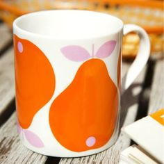 The beautiful Pear mug small from Koloni Stockholm is perfect for your morning coffee and is also a stylish detail for your kitchen. The colorful print is designed by Lotta Kühlhorn and feels very nostalgic and retro. Pear mug small comes in many different colors that also are nice to combine with each other. Your coffee time will definitely become more beautiful with this fresh fruits!