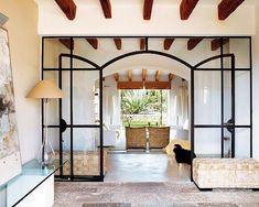 ................................................................................... Ubicada en las Islas Baleares, en Mallorca, esta vivienda reciclada con gusto y estilo, deslumbra por sus muros blancos y sus toques
