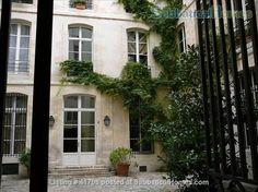 This comfortable apt is located in the heart of #Paris, vibrant with shops, #museums, and other attraction. A space ideal for two, we introduce to you our #homeoftheweek http://ow.ly/YifWr