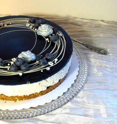 Itsenäisyyspäivän kakussa maistuu mustikka, kaura, seljankukka ja vanilja, lisänä mantelia ja sitruunaa. Mustikka on kakun sisällä erillisenä täytteenä. Pohja: 200 g kaurakeksejä 1 dl mantelijauhet… Sweet Desserts, Delicious Desserts, Sweet Pastries, Drip Cakes, Sweet Cakes, Sweet And Salty, Creative Cakes, Desert Recipes, Yummy Cakes
