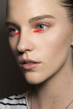 Detalhe laranja no cantinho interno dos olhos