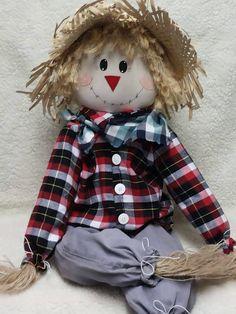 Feito com tecido de algodão, brim , tecido xadrez na camisa e lenço ,acabamento com fios de juta, corda desfiada,chapéu de palha,cordão encerado , feltro e botões, usando enchimento acrílico. pintado a mão .