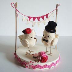 So cute! Superbe idée déco pour le gâteau des mariés !