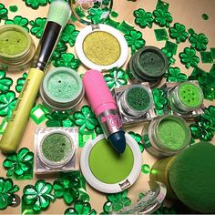 ☘ Get festive in all your favorite #sugarpill greens! Photo: @worldtown_cosmetics (also featuring @litcosmetics @bdelliumtools @concreteminerals) 💚