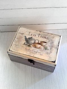 Es una caja única, shabby chic, de madera, lista para calentar tu lugar! Está dividida en 3 compartimentos y es grande lo suficiente como para almacenar té, café o puede utilizar para almacenarlo que quieras. Ha sido pintado crema y gris terciopelo y ha sido lijada con el fin de aplicar esta angustiado y shabby chic. Diseño vintage.  La caja es resistente al agua y puede limpiarse con un paño húmedo  Este artículo es 22 cm 8.7 pulgadas de largo, 10 cm o 3,9 pulgadas de alto y 16 cm o 6.3…