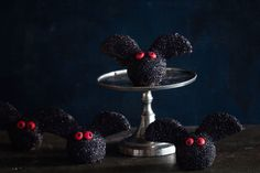 recettes-halloween-originales-buffet-sucré-truffes-au-chocolat-chauve-souris Plat Halloween, Buffet Halloween, Fete Halloween, Halloween Gourmand, Tiered Cakes, Brownie, Comme, Photos, Halloween Kitchen