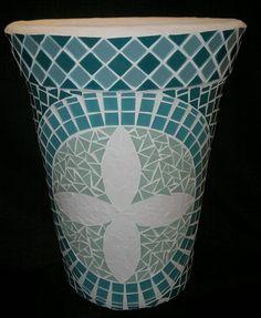 Vaso original em barro, apliquei mosaico usando pastilhas de cristal na borda, pastilhas de vidro e cacos de azulejo branco na flor central