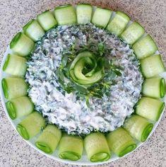 Malzemeler; 1 demet semizotu 1 kase yoğurt 2 adet salatalık (süslemek için) Tuz Hazırlanışı; Semizotu temizlenip, bol su ile yıkanarak doğranır. Yoğurt çırpılarak inceltilir. Salatalık rendeyle boyuna dilimlenip hazırlanır. Semizotu ve yoğurt karıştırma kabında, tuz ilavesiyle harmanlanıp servis tabağına yerleştirilir. Çevresine salatalık dilimlerinden rulolar yerleştirilerek servis edilir. Honeydew, Avocado Toast, Food And Drink, Pasta, Fruit, Breakfast, Instagram, Salad, Eten