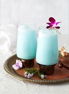 Tropical cocktail made of rum, pineapple juice, curacao, coconut and vodka (fun drinks alcohol blue hawaiian) Hawaiian Cocktails, Summer Cocktails, Cocktail Drinks, Cocktail Recipes, Cocktail Shaker, Blue Hawaiian Drink, Blue Cocktails, Blue Curacao, Cocktail